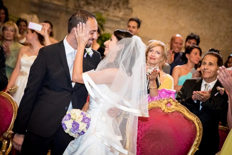 sposi sorridono al loro matrimonio
